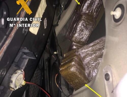 La Guardia Civil interviene en Monesterio casi 10 kg de droga oculta en los paneles de las puertas de un vehículo